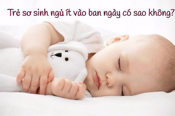 Trẻ sơ sinh ngủ ít vào ban ngày có sao không?